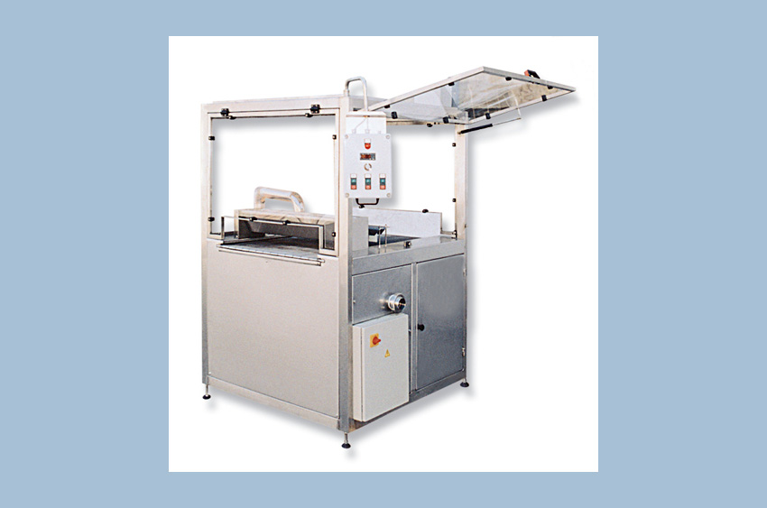 Machines for daubing chocolate products